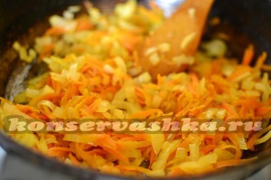 пассируем лук и морковь