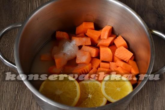 Складываем тыкву в кастрюлю, заливаем водой, добавляем сахар и апельсин
