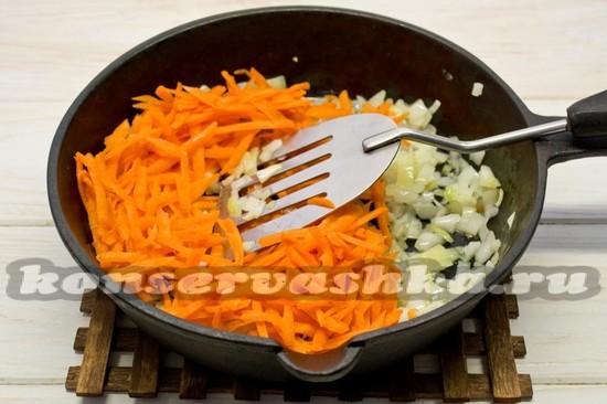 Жарим лук и морковь