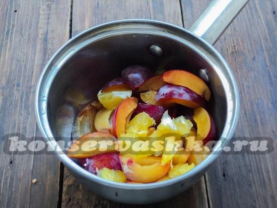 Сложить сливы и апельсин в сотейник